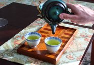 pouring-japanese-green-tea-from-kyusu